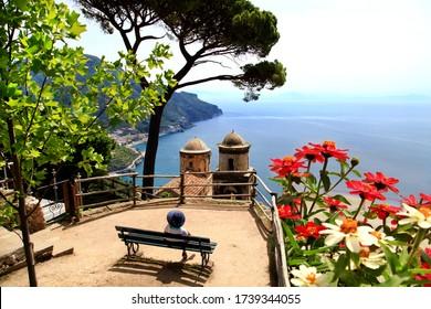 イタリアラベロの別荘ルフォロのアマルフィ海岸沿いの美しいベルタワーと花の美しい眺め