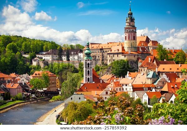 Красивый вид на церковь и замок в Чески-Крумлов, Чехия