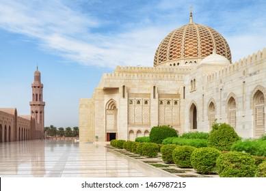 オマーンのマスカットにあるスルタン・カボス・グランドモスクの無人の中庭の美しい眺め。すごい大理石の床。イスラム教の地は中東の人気の観光地です。