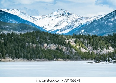 BEAUTIFUL VIEW OF DILLON RESERVOIR AND ROCKY MOUNTAINS IN BRIGHT DAY IN LATE WINTER / COLORADO / USA