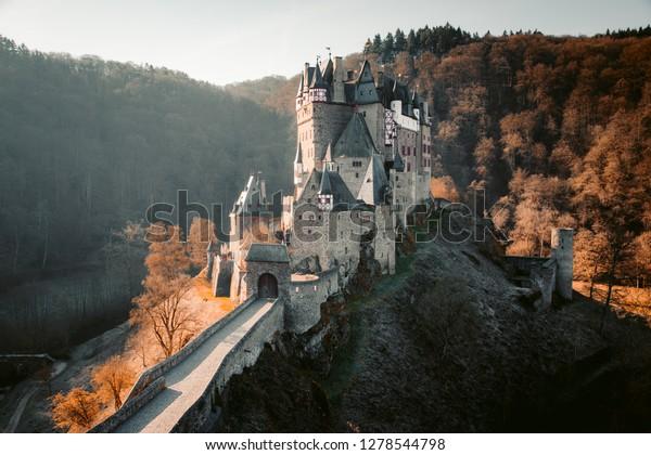 Schöne Aussicht auf das berühmte Schloss Eltz in malerischem goldenen Morgenlicht bei Sonnenaufgang mit blauem Himmel an einem sonnigen Tag im Herbst mit Retro-Vintage VSCO Filter Effekt, Wierschem, Rheinland-Pfalz, Deutschland