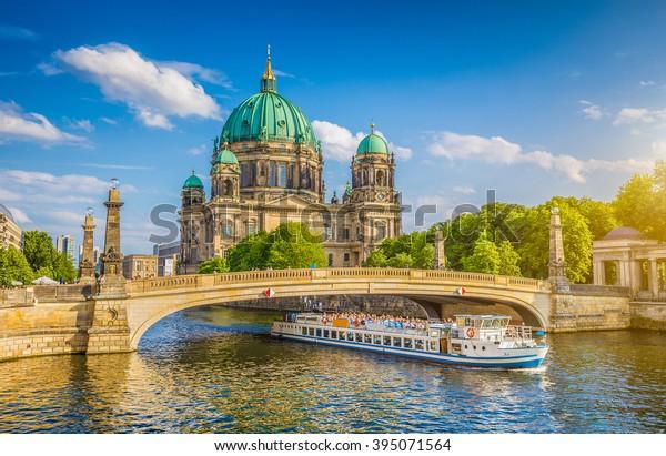 Schöne Aussicht auf die historische Berliner Kathedrale (Berliner Dom) bei berühmter Museumsinsel (Museumsinsel) mit Ausflugsboot auf der Spree bei schönem Abendlicht bei Sonnenuntergang im Sommer, Berlin, Deutschland