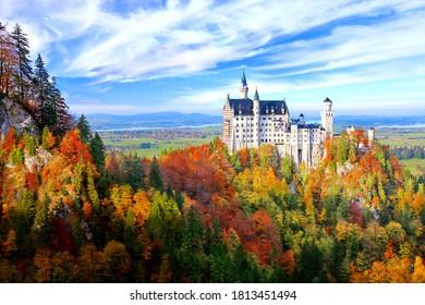 ドイツのババリアでは、秋の季節に青い空を持つ、ヌシュワンシュタイン城の美しい眺めが見られます。