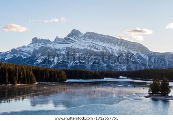 beautiful-view-people-iceskating-on-600w