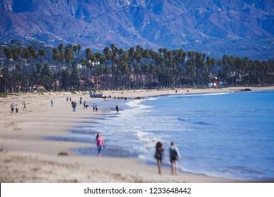 Schöne Sicht auf die Küste von Santa Barbara, mit Strand und Jachthafen, Palmen und Berge, Santa Ynez Berge und Pazifischer Ozean, Kreis Santa Barbara, Kalifornien, Vereinigte Staaten, Sommer Sonnentag