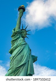 BEAUTIFUL VIEW OF THE STATUE OF LIBERTY IN NEW YORK