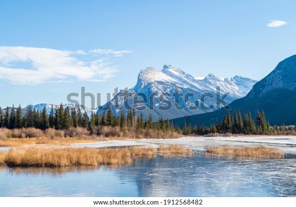 Belle vue sur les lacs Vermilion, dans le parc national Banff, Canada
