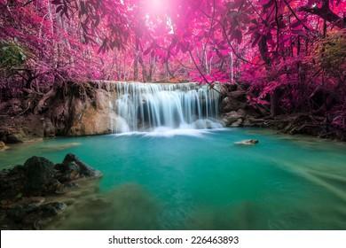 Schöner Wasserfall im Herbstwald, tiefer Waldfall, Provinz Kanchanaburi, Thailand