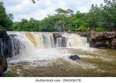 Hermosa cascada en el Parque Nacional Tatton, Tailandia