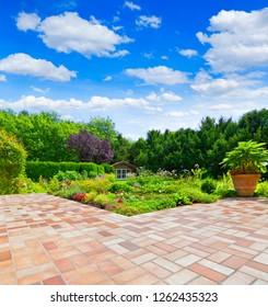 Schöner gepflegter Garten mit Terrasse und Garten-Teich.