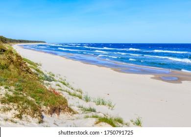 Hermosa playa de arena blanca y mar azul cerca de Kolobrzeg, costa del Mar Báltico, Polonia
