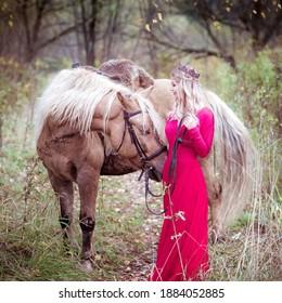 Schöne Frau, blonde Fahrt hellgraues Pferd. Prinzessin in Märchen. Fantasy Herbst
