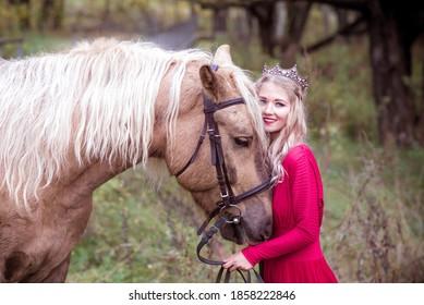 Schöne Frau in Krone, blond mit Pferd. Prinzessin in Märchen. Fantasieherbst.