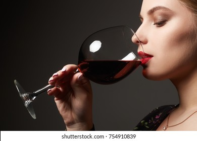 Beautiful woman drinking red wine.beauty girl with wineglass