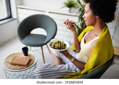 Belle femme mangeant une salade saine et fraîche