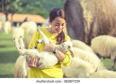 schöne Frau glückliche Zeit Spielen mit Lamm auf Schaffarm