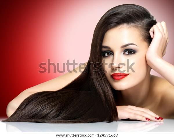 Piękna kobieta z długimi brązowymi prostymi włosami - izolowana na białym tle