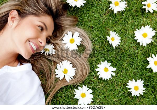 花の庭に横たわる美しい女性
