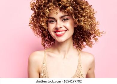Schöne Frau Sequenzierkleid ist eine bezaubernde Lächelmode