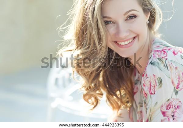 にこにこ笑う美しい女性