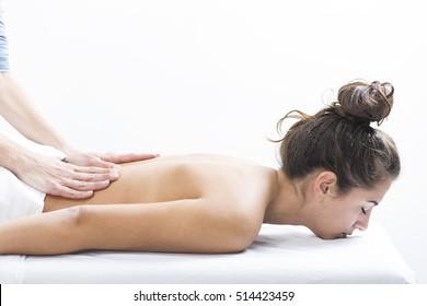 Schöne Frau im Spa-Zentrum genießen die Massage. Frau im Spa-Salon