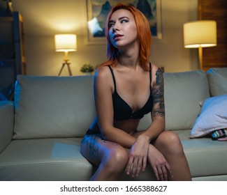 Hermosa Mujer Con Tatuajes En La Lengua En Casa En El Interior Relajándose Sexualmente Y Disfrutándola