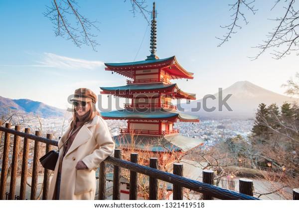 Belle femme Touriste souriante sur la pagode de Chureito et la montagne de Fuji, Japon