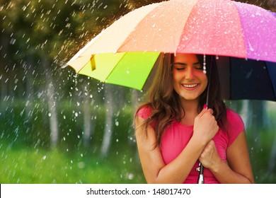 1.821 bức ảnh về người phụ nữ che ô dưới trời mưa, tuyệt đẹp đầy lãng mạn