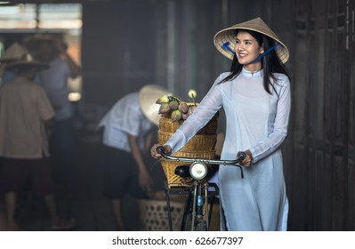 Belle femme à la culture vietnamienne traditionnelle, style vintage, Hoi et Vietnam