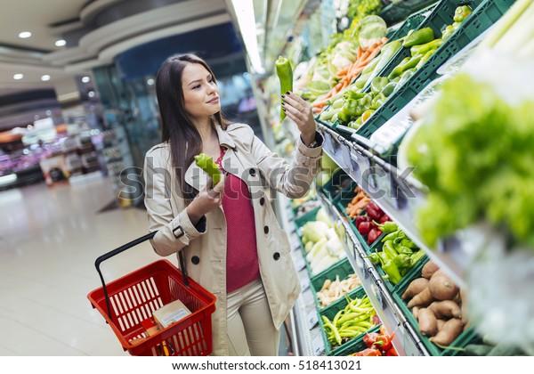 Belle donne shopping frutta e verdura al supermercato