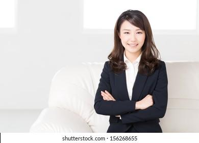 Schöne junge asiatische Geschäftsfrau