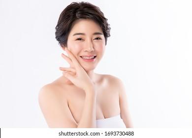 清潔な新鮮な肌を持つ美しいアジアの若い女性。白い背景にフェースケア、美容、美容、美容、健康的な皮膚と化粧品のコンセプト、女性の美肌。