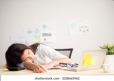 Beautiful young asian woman resting at office when finish work, woman working concept