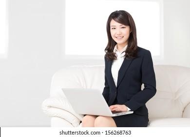 Schöne junge Asiatin mit Laptop