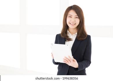 Schöne junge Asiatin mit Tablet-Computer