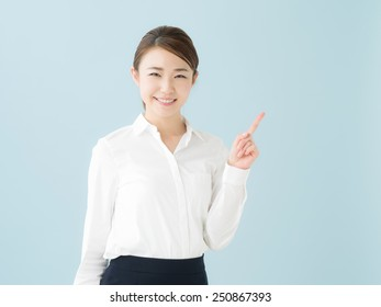 beautiful young business woman pointing copy space