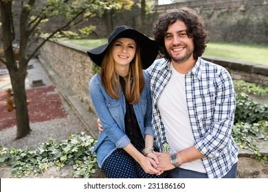 Schönes junges Paar, das sich auf den italienischen Straßen amüsiert