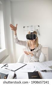 schöne junge Architektin mit virtueller Realität in ihrem Büro