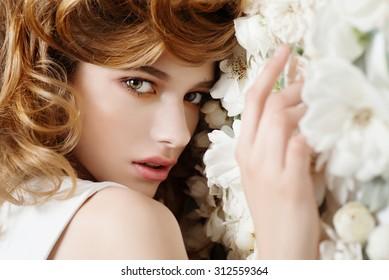 Schönes junges Mädchen auf weißem Hintergrund, das Konzept von Schönheit und Gesundheit