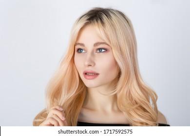 Schönes junges Mädchen mit übergewachsenen natürlichen Wurzeln. Horizontaler Studioaufnahme.