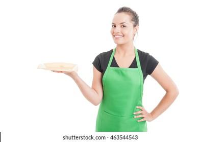 Schöner junger Verkäufer, der etwas auf Teller serviert und Lächeln einzeln auf weißem Hintergrund