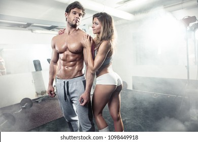 schönes, sportlich sexy Paar mit Muskeln im Fitnessraum