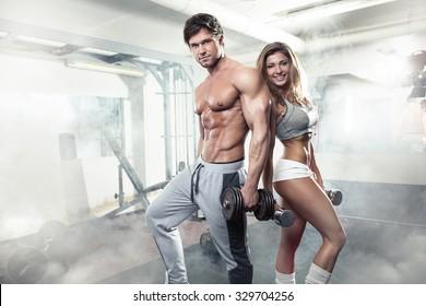 schönes, sportlich sexy Paar mit Muskeln und Training im Fitnessraum