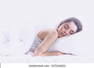 schöne junge Frau, die morgens im Bett liegt. Schöne