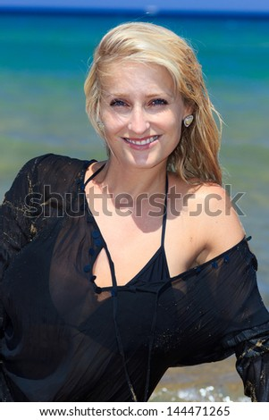 jennifer coolidge beach