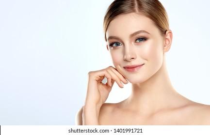Schöne junge Frau mit frischer Haut. Gesichtsbehandlung   . Kosmetologie , Schönheit und Spa . Schönes und attraktives Mädchen mit einem angenehmen Lächeln.