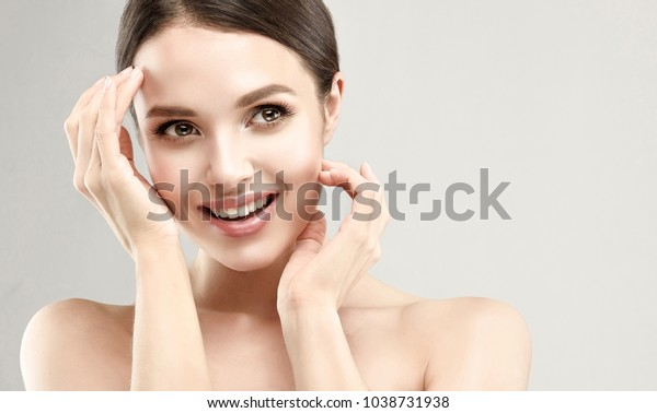 清潔な新鮮な肌を持つ美しい若い女性。女の子の美容面倒。美顔術   ...
