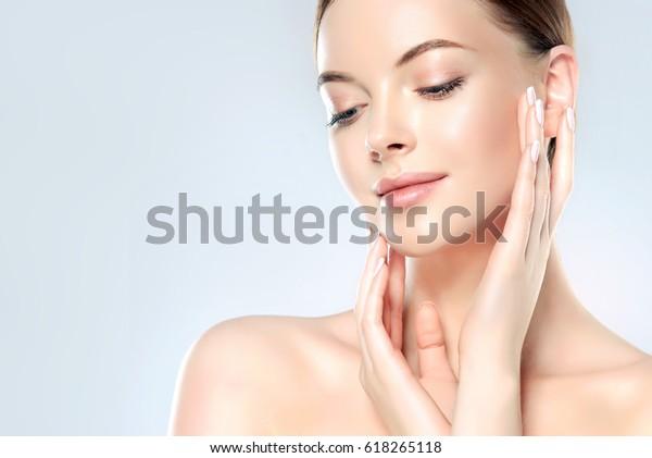 清潔な新鮮な肌を持つ美しい若い女性は目をそらす。女の子の美容面のケア。美顔術   ...美容・美容・美容・温泉。