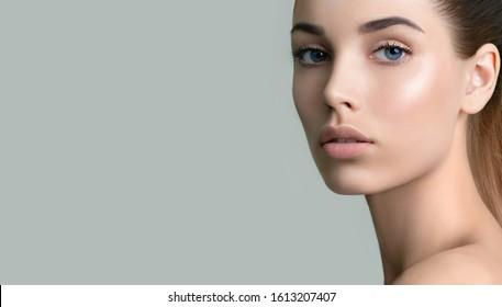 Schöne junge Frau mit sauberer, perfekter Haut. Porträt des Schönheitsmodells mit natürlichem Aktkonfektionieren und langen Wimpern. Spa, Hautpflege und Wellness.