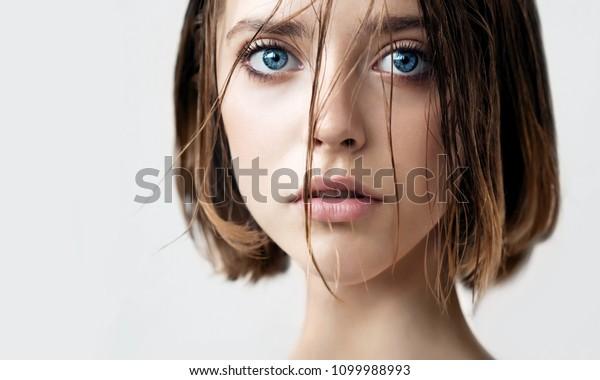 清潔で完璧な肌と濡れた髪の美しい若い女性。自然のヌードで肌に潤いを与える美容モデルのポートレート。スパ、スキンケア、健康。接写、背景、コピー用スペース。